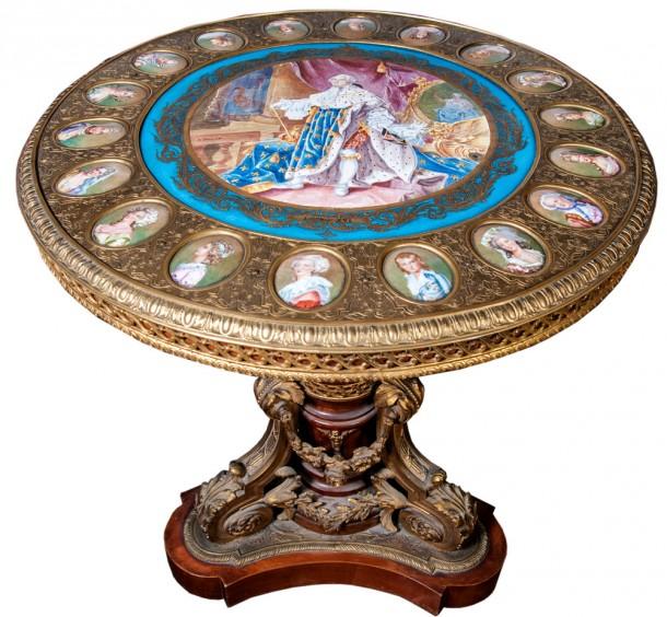 Mesa circular Luis XV en bronce labrado, con placa en porcelana de Sèvres.