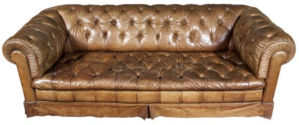 Sofa Chesterfield 3 cuerpos, tapizado en cuero marrón.