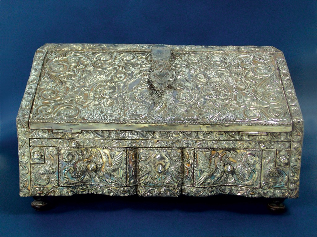 Antiguo secretaire de viaje del Alto Perú en madera, forrado en placas de plata.