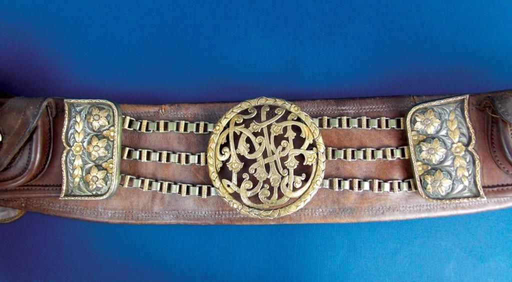 """Cinturó gaucho en cuerocon botones, hebillas y punteras en plata y oro cincelado """"Flores"""" rastra en plata y oro."""