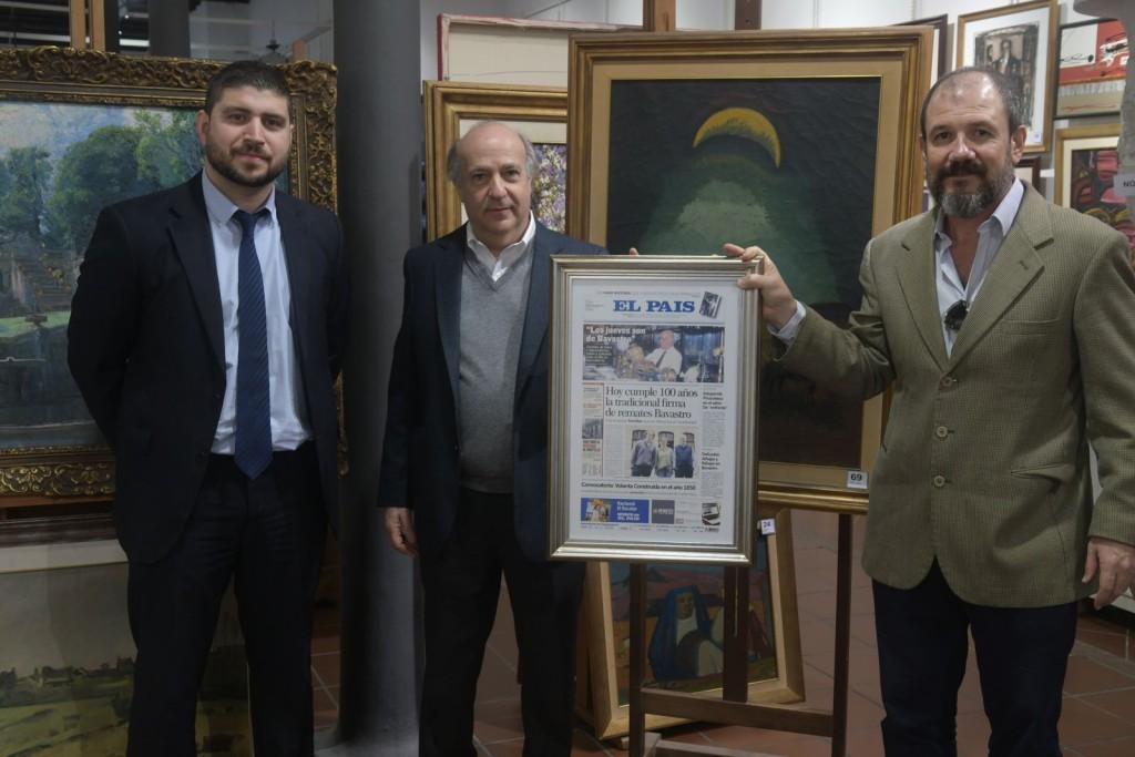 """Con motivo de los 100 años Gabriel Verdún y Federico Roche en nombre de Diario El País entregan un presente a """"Pepe"""" Bavastro"""