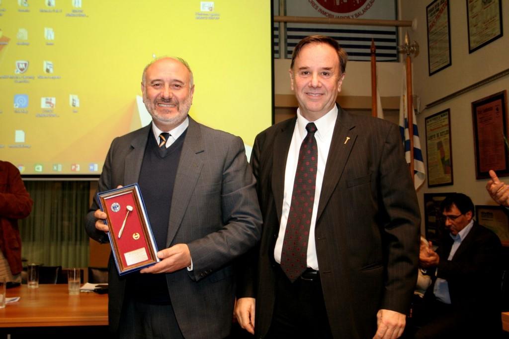 Francisco Olascoaga recibiendo del Presidente Mario Stefanoli el martillo por 25 años de socio
