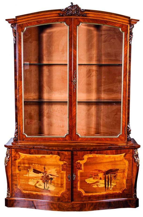 """Vitrina Francesa perfil curvo en caoba, marqueterie """"Paisaje"""", 2 puertas, aplicaciones en bronce."""