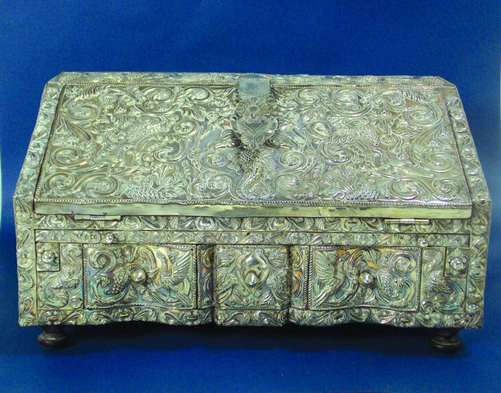 Zorrilla Antigüedades. Antiguo Secretaire de viaje del Alto Perú en madera forrado en placas de plata.