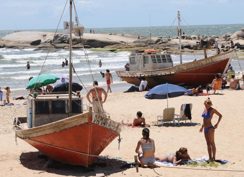 SOLARES. Cerca de la playa en balnearios de Maldonado y Rocha.
