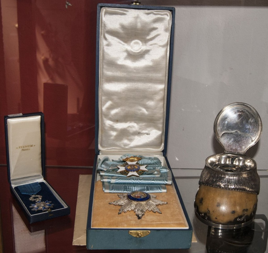 Condecoraciones y tintero de pezuña y plata