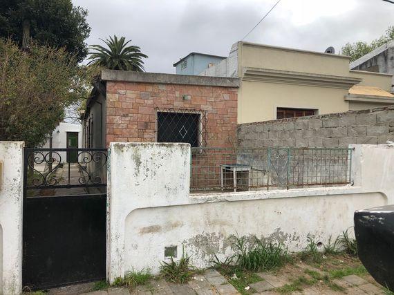 Terreno con construcciones en el barrio Ituzaingó