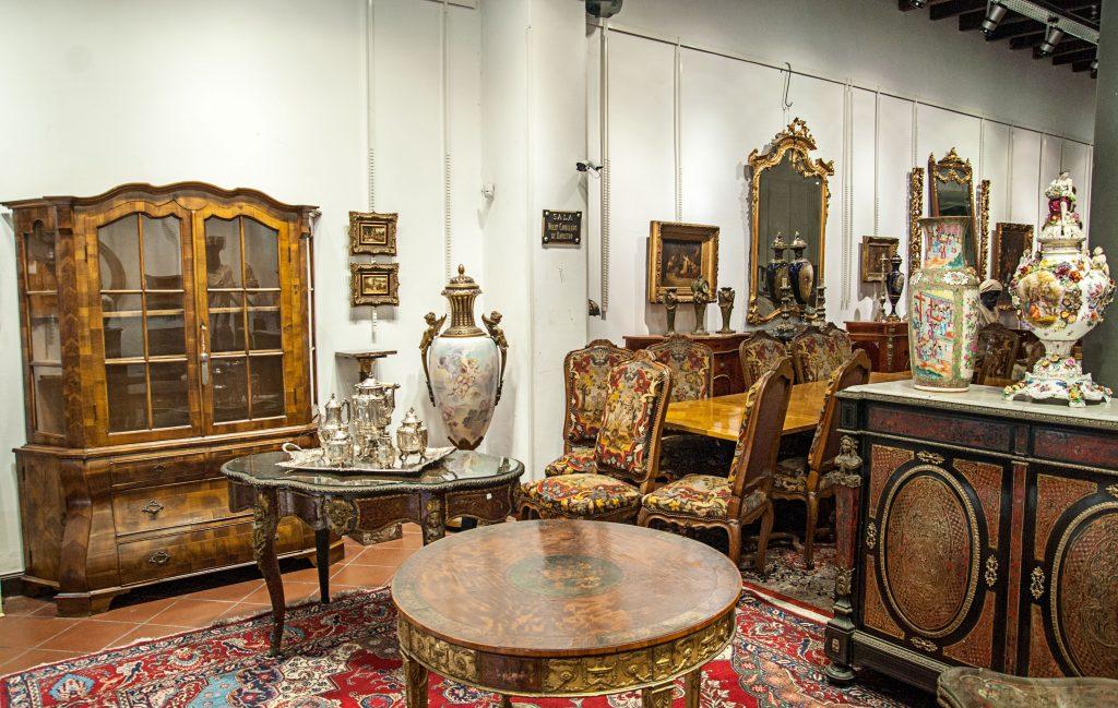 Estupendo mobiliario, antiguedades y adornos.