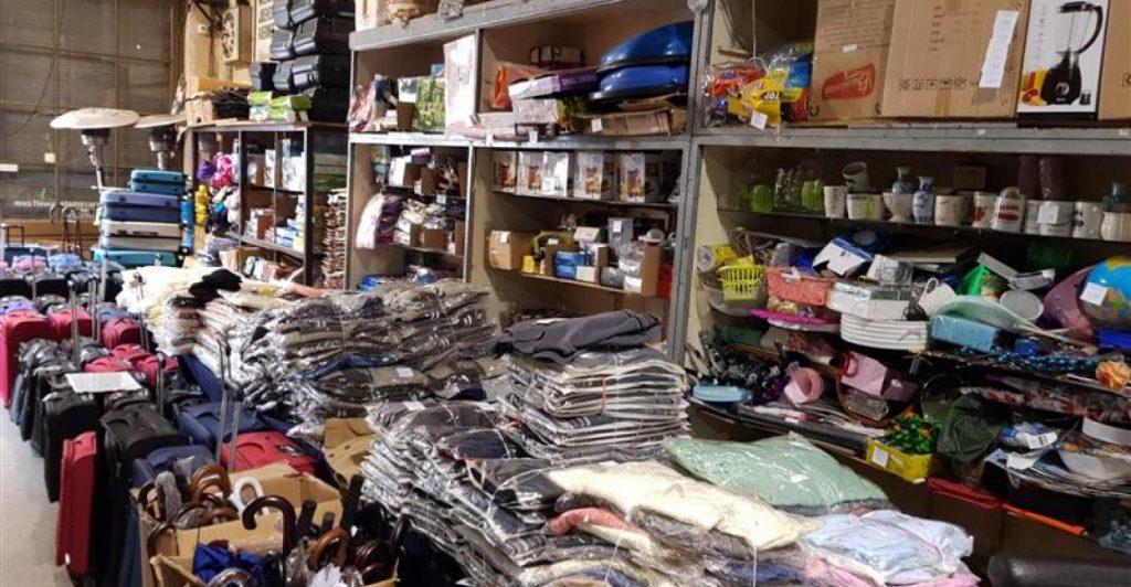 Importante conjunto de telas, juguetes, bazar, telefonía celular, vestimenta de invierno y más