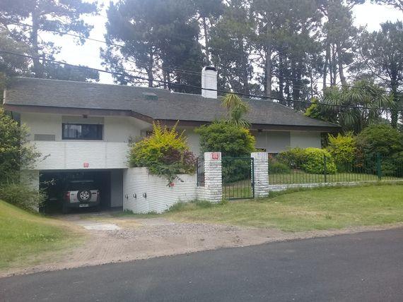Majestuosa propiedad frente al Club del bosque de Punta del Este a una cuadra de Punta Shopping