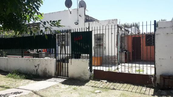 Casa con frente a 2 calles con Apartamento en Las Acacias