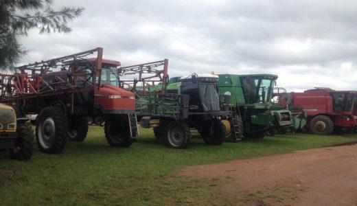 Importante maquinaria agrícola, vial y transporte