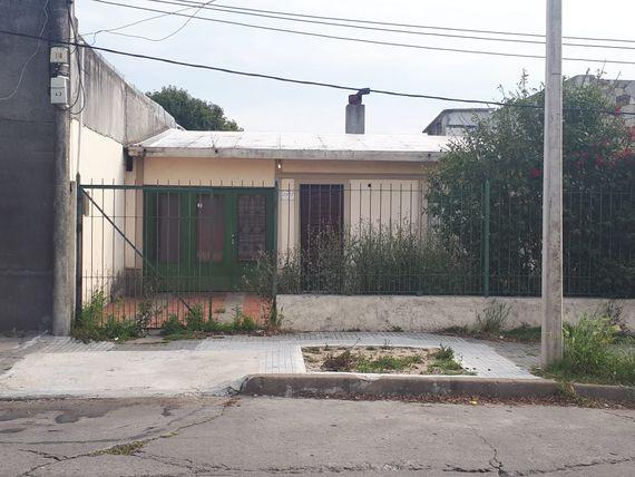 Casa Habitación con Garaje y Fondo