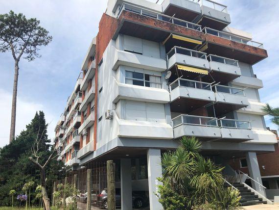Punta del Este: Apartamento en edificio frente al mar