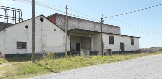 Predio con amplia edificación industrial en Nueva Helvecia