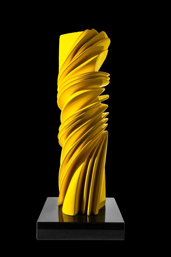 """Lote39 Pablo Atchugarry """"Formas en amarillo"""" Escultura en bronce pintado 46 x 12 x 12 con base de granito negro. Estimativo:30.000 - 35.000 U$S"""