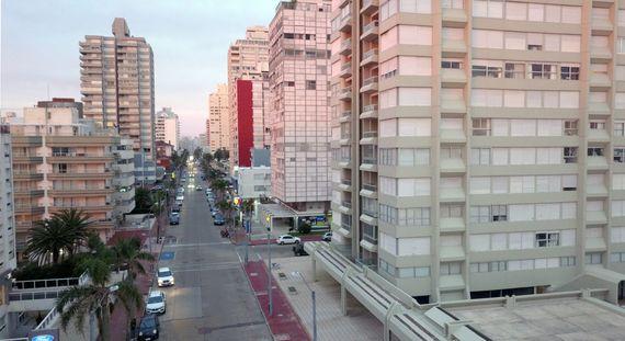 Apartamento de 3 dormitorios con garaje y baulera en Punta del Este