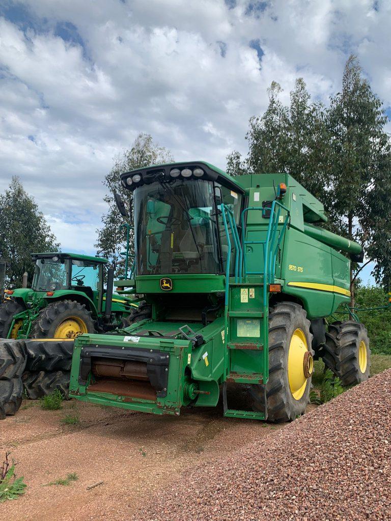 Tractor y cosechadora John Deere