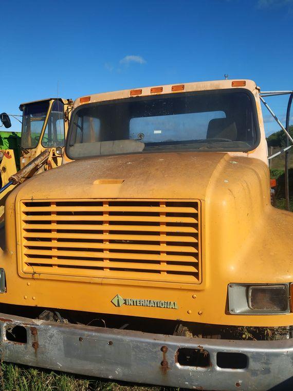 Camión, semirremolque y maquina cargadora sin base