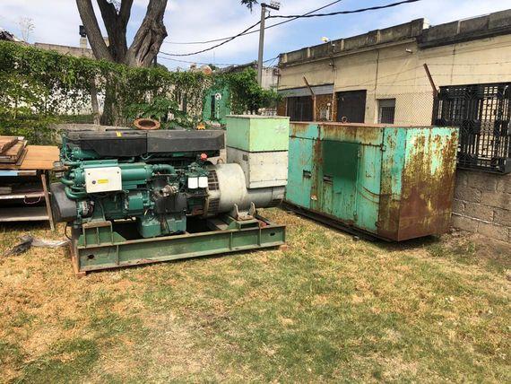 Dos generadores de barco: uno Volvo y otro con tanque de combustible